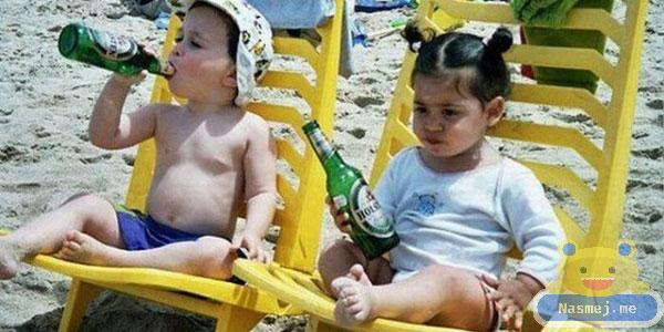 Deca piju pivo na plaži